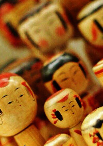 bonecas japonesas em madeira